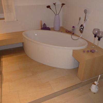 runde-badewanne-mit-mosaik